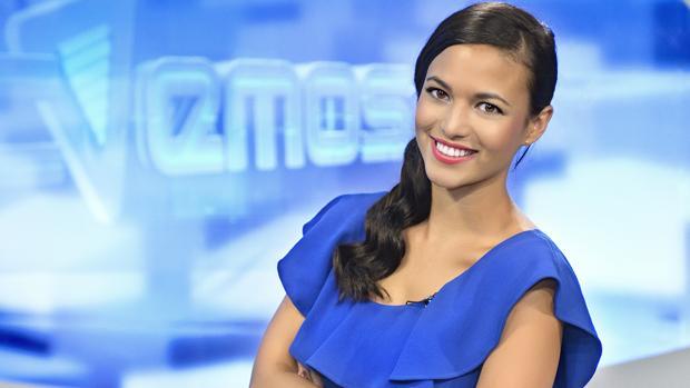 La actriz Elisa Mouliaá, como presentadora de TVEmos