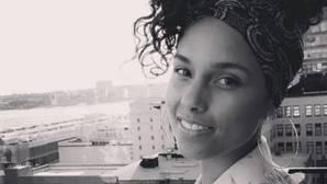 Alicia Keys vuelve a defender la belleza natural luciendo sus estrías en Instagram