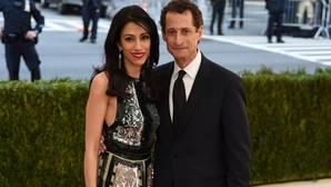 Huma Abedin y su marido, Anthony Weiner, el pasado mes de mayo a su llegada al MET de Nueva York