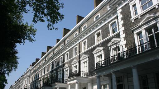 Una de las imponentes fachadas blancas del exclusivo barrio de Knightsbridge