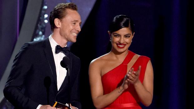 Hiddleston y Priyanka durante la entrega de uno de los premios Emmy