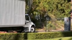 Un camión entrando a la mansión
