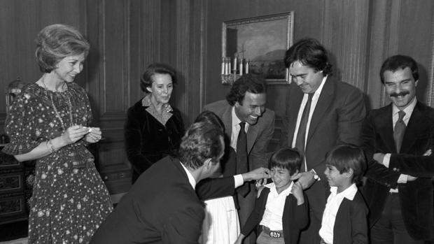Los Reyes reciben en Zarzuela, en 1980, a Julio Iglesias y sus hijos mayores