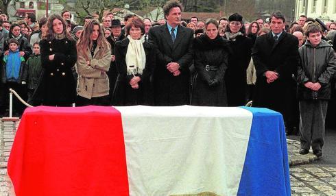 Las dos familias de Mitterrand durante el funeral del mandatario en enero de 1996