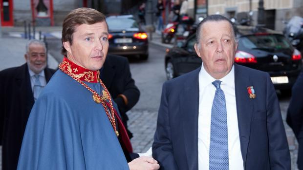 Carlos de Borbón-Dos Sicilias y Borbón-Parma (en la imagen, junto a su hijo y sucesor), falleció en octubre del pasado año en la localidad de Retuerta del Bullaque (Ciudad Real). Don Pedro de Borbón-Dos Sicilias es ahora quien ostenta la jefatura de la Casa