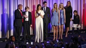 Familia Trump al completo. De izquierda a derecha: Barron entre su padre y su madre Melania, Ivanka junto a su marido Jared Kusher, Tiffany y por último; Vanessa, mujer del primogénito de Donald y la pequeña de sus cinco hijos Kai