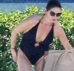 Catherine Zeta-Jones fotografiada por un paparazzi