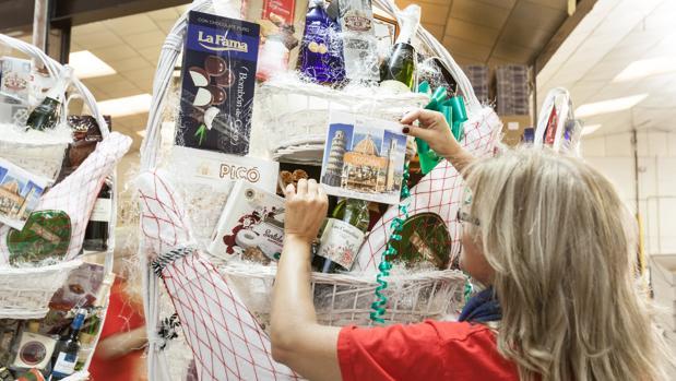 La tradición continúa predominando a la hora de confeccionar las cestas de Navidad