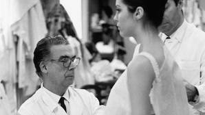 Cristóbal Balenciaga, en su taller de París en 1968