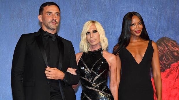 Riccardo Tisci, junto a Donatella Versace y Naomi Cambell