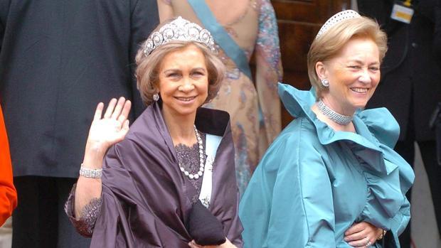 La Reina Sofia y la Reina Paola de Bélgica a su llegada a la boda del príncipe Federico de Dinamarca y de la australiana Mary Donaldson
