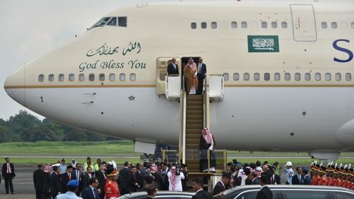 El rey saudí, a su llegada a Indonesia