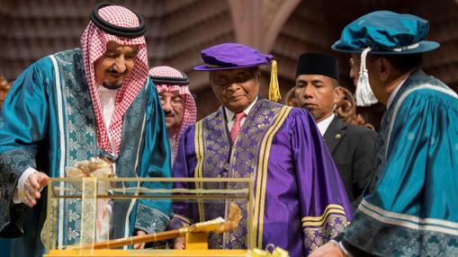 El rey Salman, durante su visita a la Universidad islámica internacional de Malasia