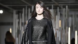 Una modelo presenta una creación del diseñador Luis Buchinho, durante la Semana de la Moda de París