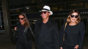 El cantante escoltado por su novia polaca, Kasia Sowinska, y su hija Michelle en el aeropuerto de Los Ángeles