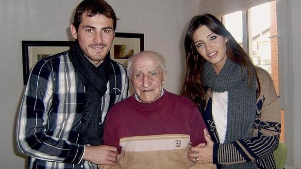bcfd28aaabe Gente&estilo Casillas y Carbonero, junto al abuelo del portero del Oporto,  Mariano Fernández