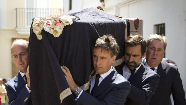 Varios hijos del fundador de Rumasa , José María Ruiz Mateos han introducido a hombros en la iglesia el féretro con los restos del empresario