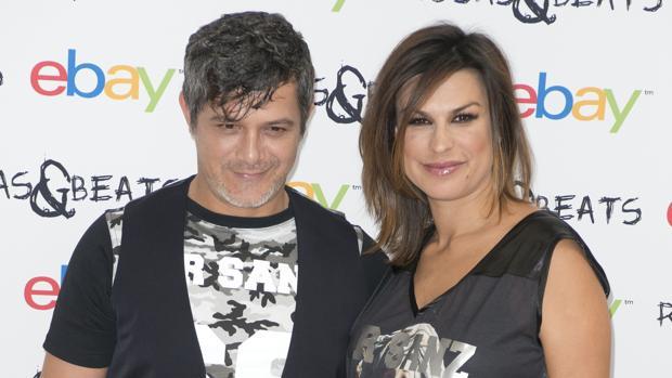 El cantante con su mujer en un acto promocional