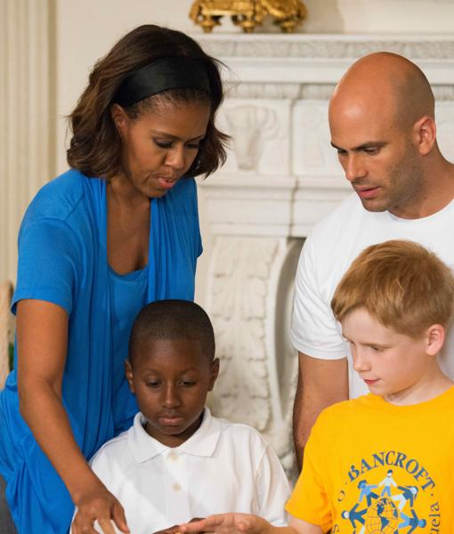 Sam Kass junto a Michelle Obama