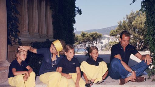 La Familia Real en su residencia estival en Marivent, durante el verano de 1975