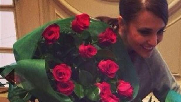 Paula Echevarría feliz al recibir un ramo de rosas