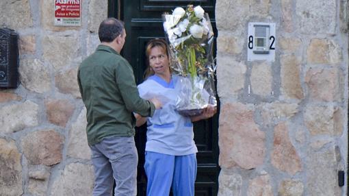 La asistente de la actriz recoge el regalo