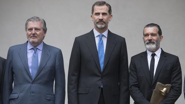 Don Felipe (centro) junto a Antonio Banderas (derecha) y el Ministro de Educación , Cultura y Deportes. Íñigo Méndez de Vigo