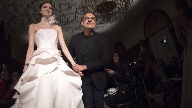 el diseñador Ángel sánchez aterriza en barcelona para mostrar su