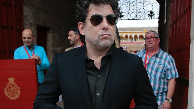 Taurino apasionado, Calamaro visita la Plaza de Toros en Sevilla