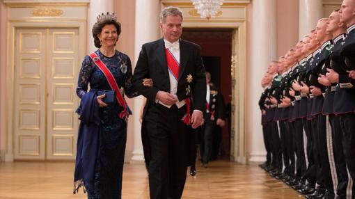 La Reina Silvia de Suecia, del brazo del presidente de Finlandia