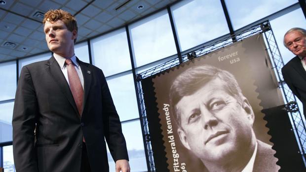 Joseph P. Kennedy III, junto al sello conmemorativo de JFK