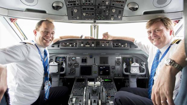 El Rey Guillermo de Holanda en un avión de la compañía KLM