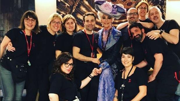 Bibiana junto con su equipo de trabajo en el Gran Teatre del Liceu