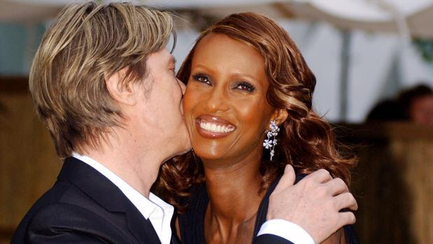 David Bowie besa a su mujer Iman
