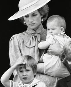 Diana junto a sus dos hijos, Guillermo y Enrique