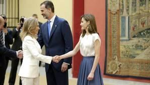 Los Reyes saludan durante un encuentro con los miembros del Patronato de la Fundación Príncipe de Asturias en el Palacio de El Pardo