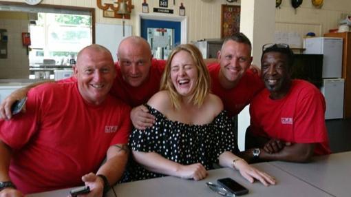 Adele, divertida con el equipo de bomberos