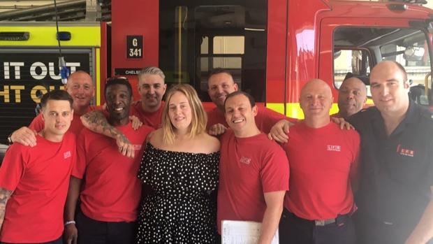 La cantante junto al grupo de bomberos