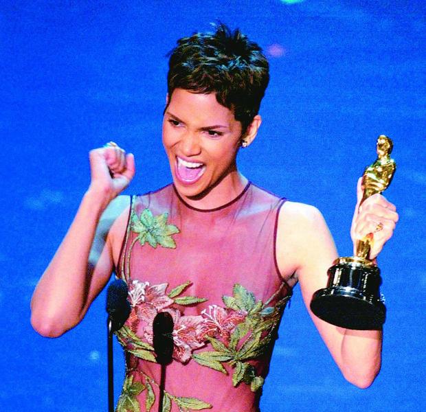 Halle Berry se emocionó cuando recogió el Oscar a «Mejor actriz»