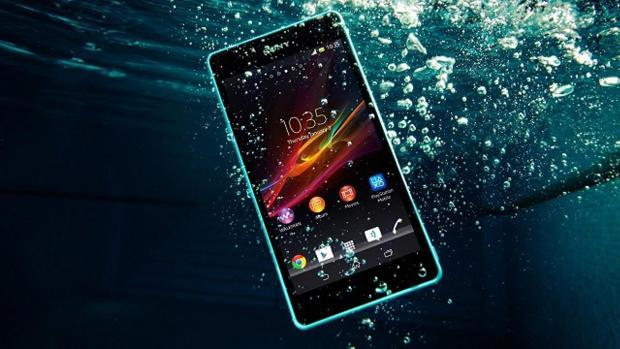 Qué puedo hacer si se me cae al agua el teléfono móvil