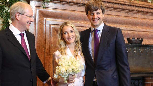 Los recién casados sonríen a la cámara