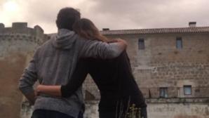 Cayetano Rivera y Eva González mirando el Castillo del Buen Amor