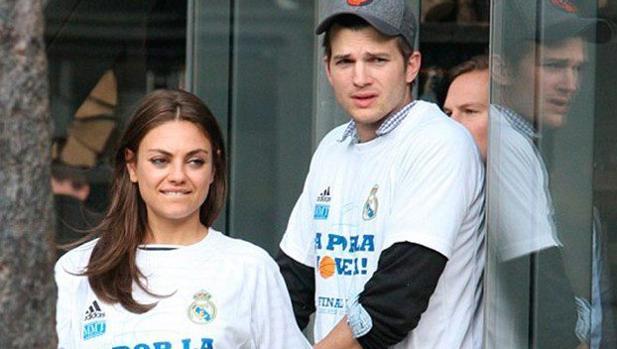 La pareja con una camiseta en apoyo al Real Madrid de baloncesto