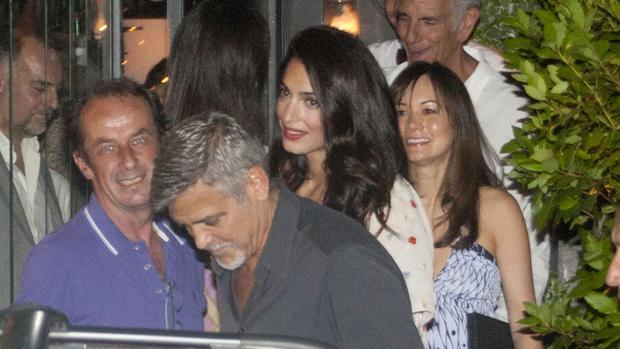 George y Amal Clooney saliendo del restaurante