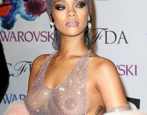 Rihanna sin sujetador durante un evento