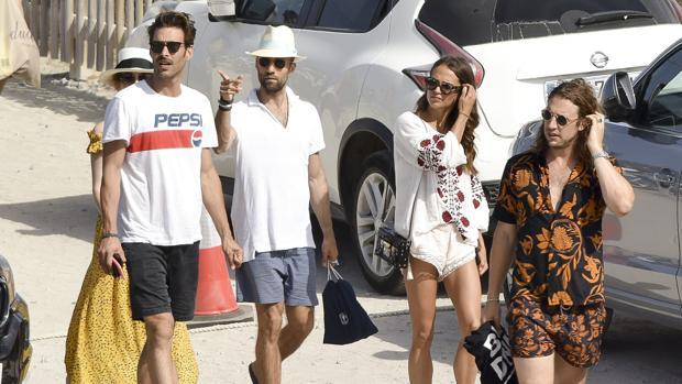 Jon Kortajarena en las playas de Ibiza junto a sus amigos, entre los que se encuentra Alicia Vikander
