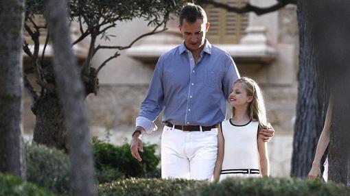 El Rey Felipe VI y la princesa Leonor durante el posado de la Familia Real esta tarde en los jardines del Palacio de Marivent