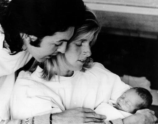 El cantante y la activista posan felices junto a su segunda hija, Stella