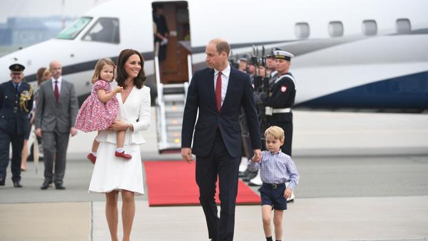 Los Duques de Cambridge y sus hijos a su llegada a Varsovia