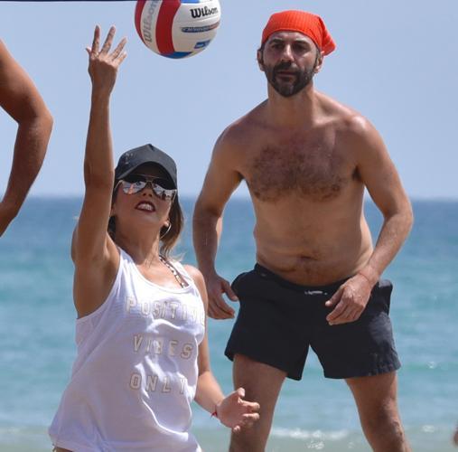 Longoria jugando al voley playa